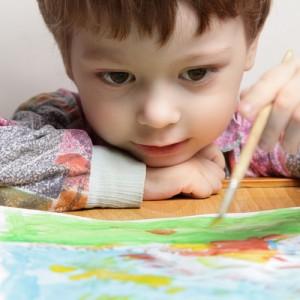 Bambino dipinge dal dentista